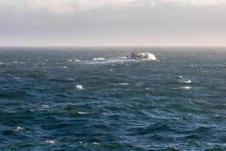 mare agitato: fornitura barca a vapore attraverso il mare agitato. Archivio Fotografico
