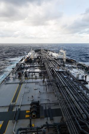 Rohöltanker vorderen Teil des Decks mit Rohrleitung im Meer.