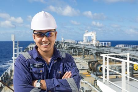 석유 유조선 갑판에 아시아 엔지니어의 초상화. 스톡 콘텐츠
