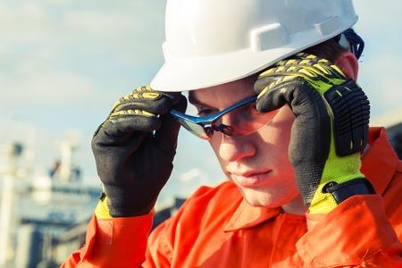 Ingenieur is het dragen van de veiligheidsbril. Stockfoto