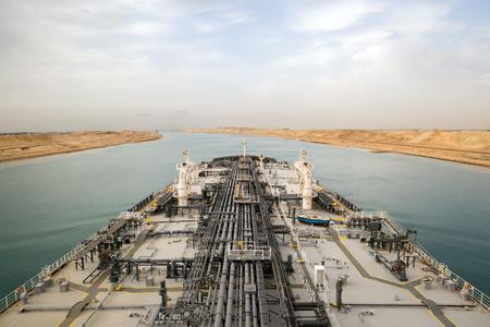 석유 제품 유조선이 수에즈 운하를 통해 진행 중입니다.