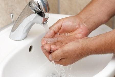 lavarse las manos: Lávese las manos por les enjuague bajo agua corriente
