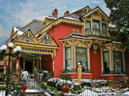 Holiday Decorated Victorian House with Snow Redactioneel