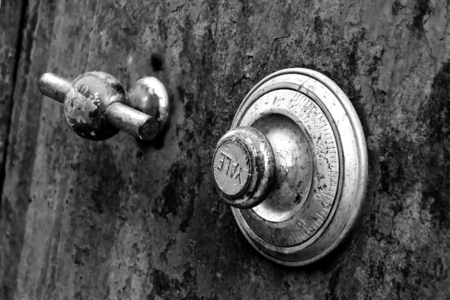 locksmith: Rusty Antique Safe with Yale Combination Lock