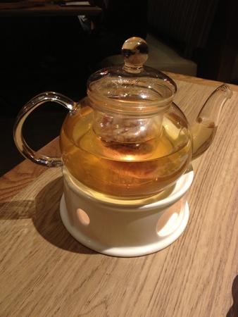 chinese tea pot: Crisol de cristal del t� chino con t� floral Foto de archivo