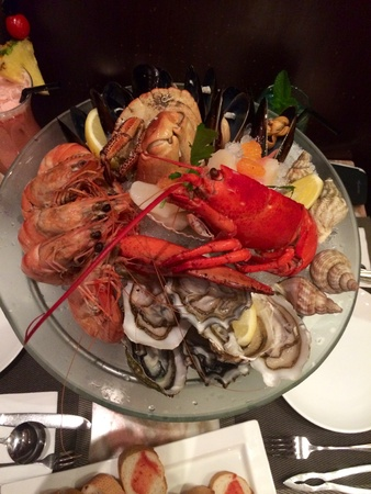 seafood platter: Chilled seafood platter with lobster, shrimp, crab, mussel