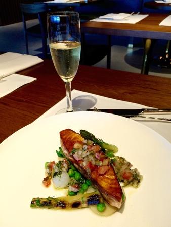 filete de pescado: Cena de lujo con champ�n y salm�n pescado filete Foto de archivo