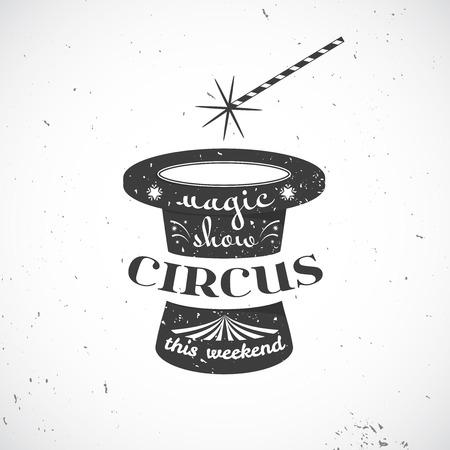 mago: insignia de la vendimia del circo, viejo sombrero negro con el crack y el texto y el mago y la varita mágica aislado en el fondo, ilustración