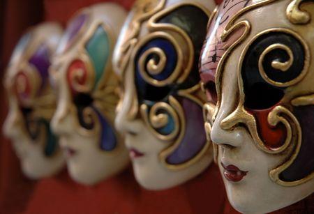 Venetiaanse maskers in een rij van lokale leveranciers.  Stockfoto