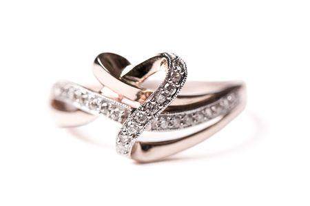 Gouden ring met diamanten op de witte achtergrond