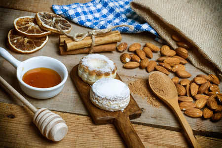 Biscuits, honey and almonds Imagens