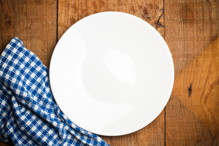 servilleta de papel: Plate and a white and blue grid serviette Foto de archivo