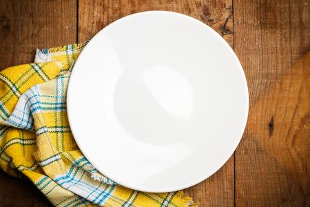 servilleta de papel: Plate and a yellow serviette