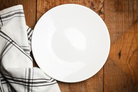 servilleta de papel: Plate and a white and black serviette