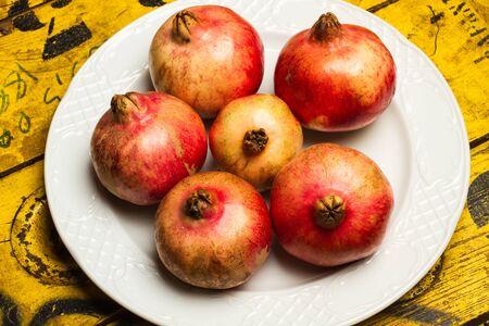 Pomegranates on a white plate Stok Fotoğraf - 130599629