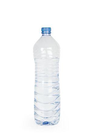 Una bottiglia d'acqua in plastica su sfondo bianco