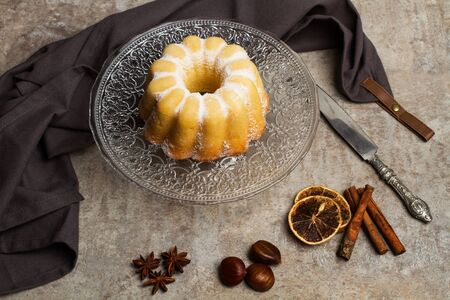 A vanilla bundt cake on a crystal cake plate and on a marble table Zdjęcie Seryjne