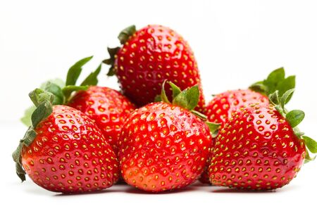 Deliciosas fresas rojas sobre un fondo blanco.