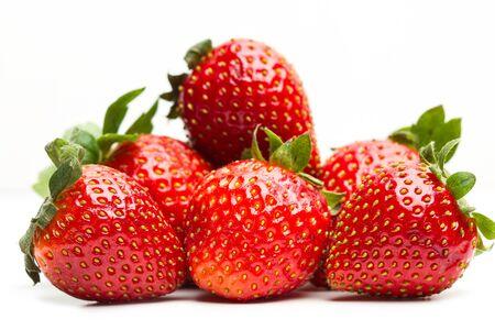 Deliziose fragole rosse su sfondo bianco