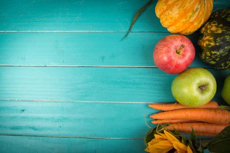 granjero: Vegetales orgánicos frescos de la granja en rústica de madera de fondo azul tabla Foto de archivo