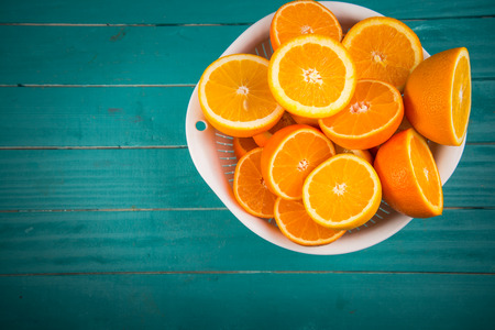 naranja color: Mitades naranjas frescas en la mesa de cocina de madera r�stica