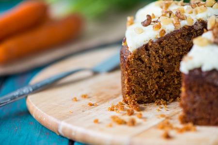 rebanada de pastel: Recién decorado pastel de zanahoria orgánica