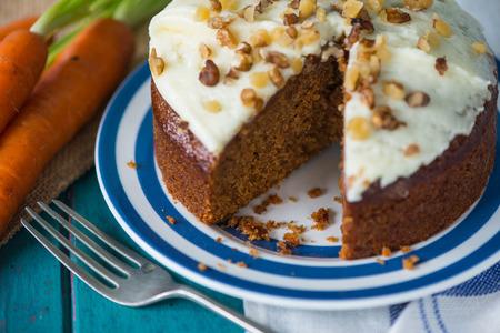 Frische leckere Karottenkuchen auf Platte Standard-Bild - 33592648