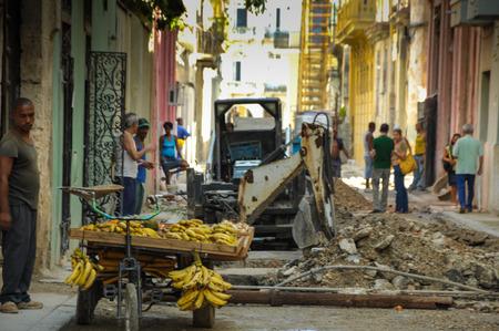 Havana, Cuba - 31 mei 2013 Locan Cubaanse mannen de verkoop van groenten in de wijk Oud Havana, momenteel onder zeer snel verloopt renovatie en restauratie werken, voornamelijk gefinancierd uit de UNESCO. Redactioneel