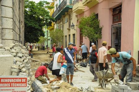 Havana, Cuba - 31 mei 2013 Locan Cubaanse mannen praten in de wijk Oud Havana, momenteel zeer snel vordert renovatie en restauratie werken, voornamelijk gefinancierd door de UNESCO.