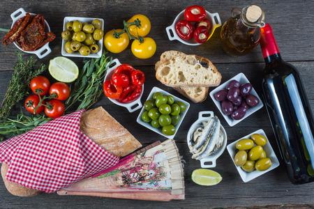 bread and wine: Aut�ntico selecci�n de tapas espa�olas en mesa de madera desde arriba Foto de archivo