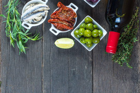 pan y vino: selecci�n de tapas espa�olas con vino tinto desde arriba Foto de archivo