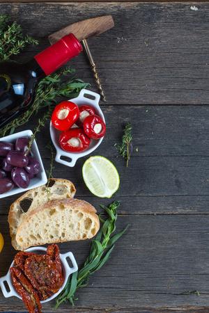 Traditionelle Tapas-Buffet auf Holztisch von oben Standard-Bild - 36194480
