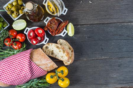 Spaanse tapas op houten rustieke tafel van boven Stockfoto