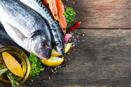 芳香のハーブやスパイスと新鮮な全体の海魚