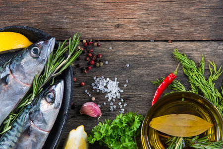 oil of olive: Fondo de alimentos de pescado fresco con hierbas, concepto de cocina
