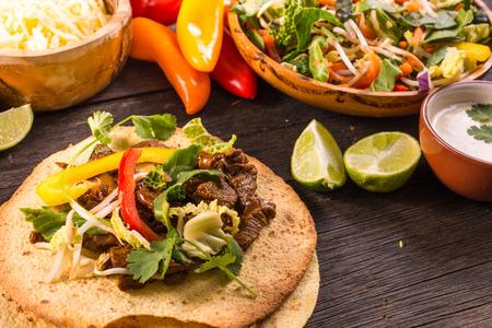 food on table: rendendo tipico cibo di strada latino, messicano taco