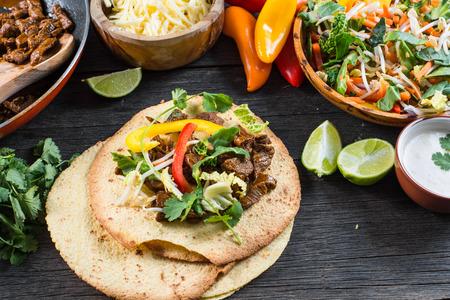食品、ラテンの典型的な通りを作るメキシコのタコス