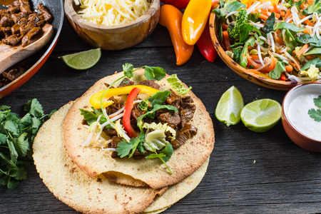 전형적인 라틴어 거리 음식을, 멕시코 타코 스톡 콘텐츠