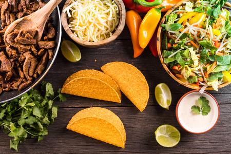 쇠고기와 야채와 함께 정통 멕시코 거리 타코에 오버 헤드보기 스톡 콘텐츠