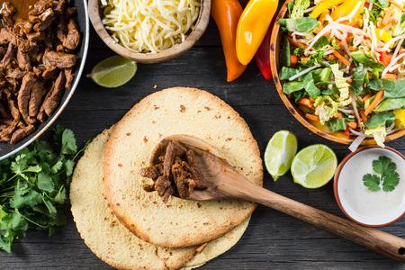 voorbereiding authentieke Mexicaanse taco's, bovenaanzicht Stockfoto