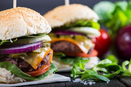 hamburguesa: Hamburguesa casera con verduras en la mesa de madera