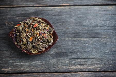 aromatický: Aromatické antioxidant zelený čaj na dřevěné desce
