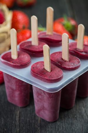 Homemade organic berry fruit lolly pops on wooden table Reklamní fotografie - 40276921