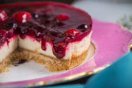 수제 여름 딸기 과일 치즈 케이크 나무 테이블에