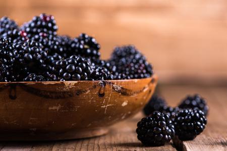 brambleberry: Mora madura fresca en el cuenco r�stico, fondo de madera