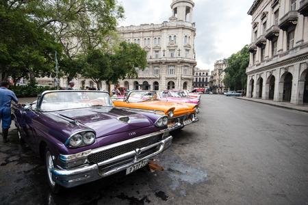 bandera cuba: La Habana, Cuba - 22 de septiembre 2015: Coche americano clásico estacionado en la calle de La Habana Vieja, Cuba. Coches americanos clásicos son señal típica y atraction para toda la isla de Cuba. Editorial