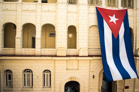 colonial building: Bandera cubana en el viejo edificio colonial en La Habana, Cuba