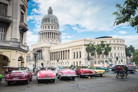 하바나, 쿠바 - 9 월 (22), 2015 클래식 미국의 자동차와 쿠바, 하바나에서에서 Capitolio 랜드 마크입니다. 하바나는 전체 쿠바 섬 관광에서 가장 인기있는