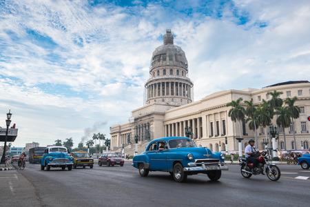 ハバナ、キューバ - 2015 年 9 月 22 日: 古典的なアメリカ車、ハバナ、キューバのカピトリオ ランドマーク。ハバナはキューバ島全体で最も人気のあ