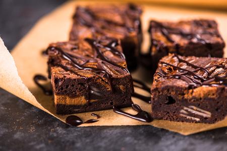 Zelfgemaakte artisanale donkere chocolade brownies